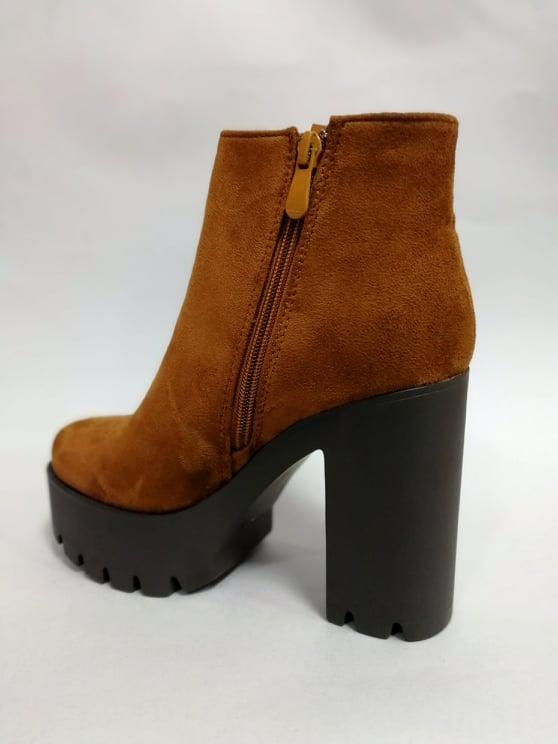 hnede semisove cizmy na platforme