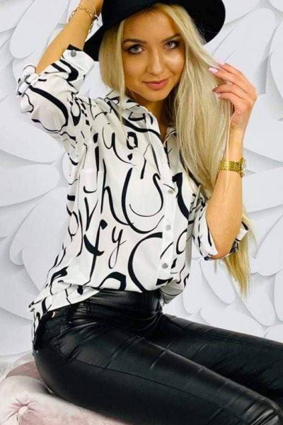 biela bluzka s ciernou potlacou